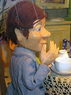 Have a look:  puppets on a string – Geheimnisse von Puppen und Figuren (905)