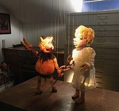 Have a look:  puppets on a string – Geheimnisse von Puppen und Figuren (            )105